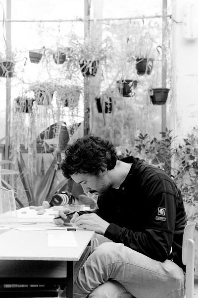 Jose Arnaud réécrit les Textes de Sebastian Cordova sur des petites plaquettes blanches qui seront disposées dans le Jardin Botanique et celui du Palais Universitaire de Strasbourg.