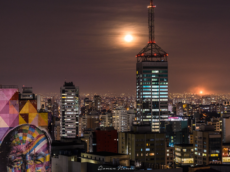 Moon over Sao Paulo, the city which never sleeps! #saopaulo #fullmoon #brasil #avenidapaulista #sesc #nightcity #sampa #citylights #sescpaulista