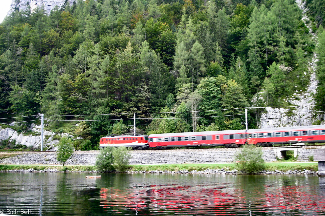20040921Train next to Hallstat Lake0456