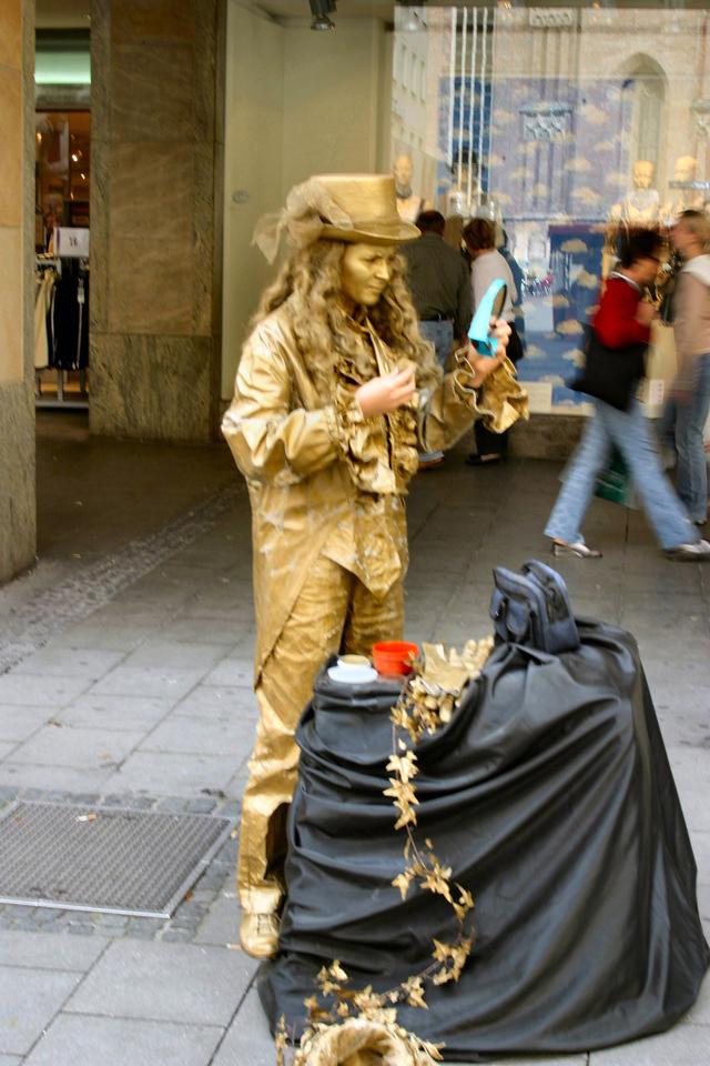 20040913Mime getting ready Munich Germany0098