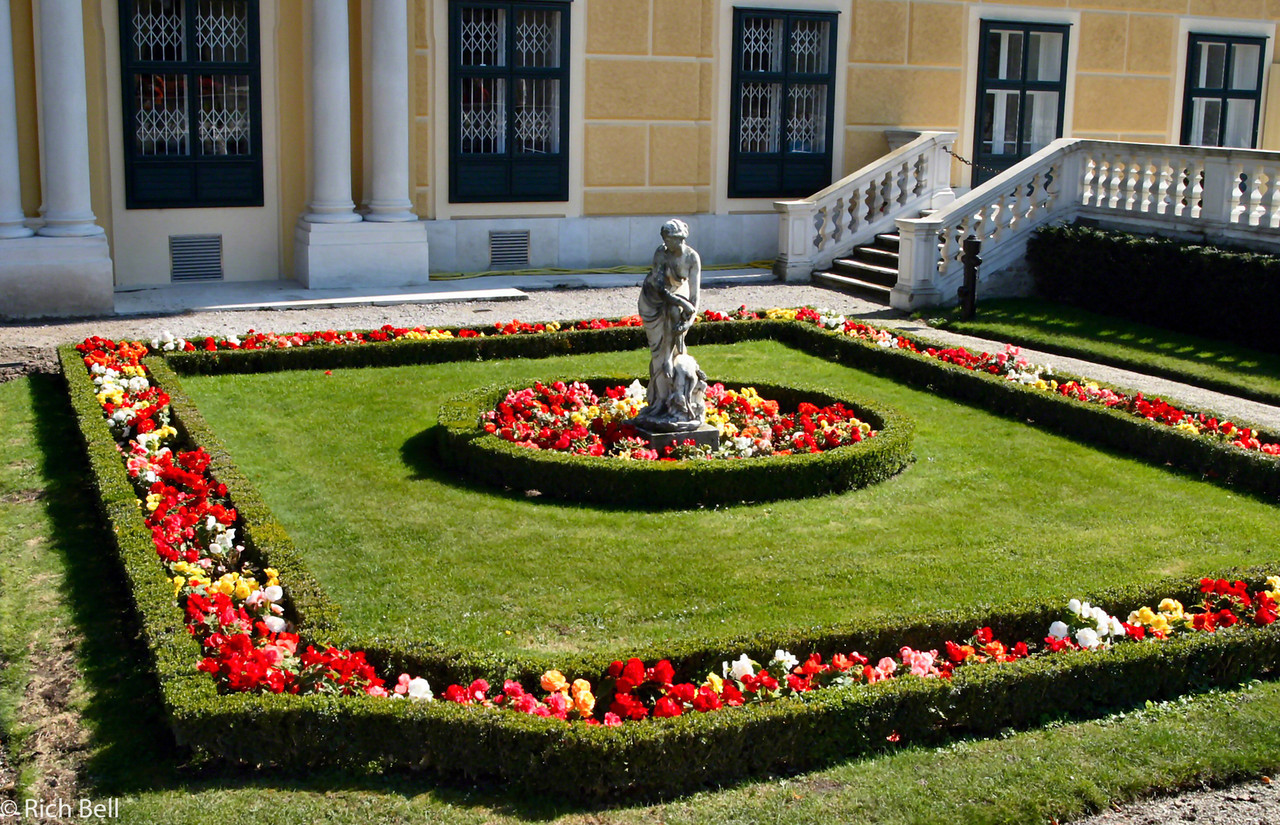 20040926Schonbrunn Palace  Side courtyard Vienna Austria0406