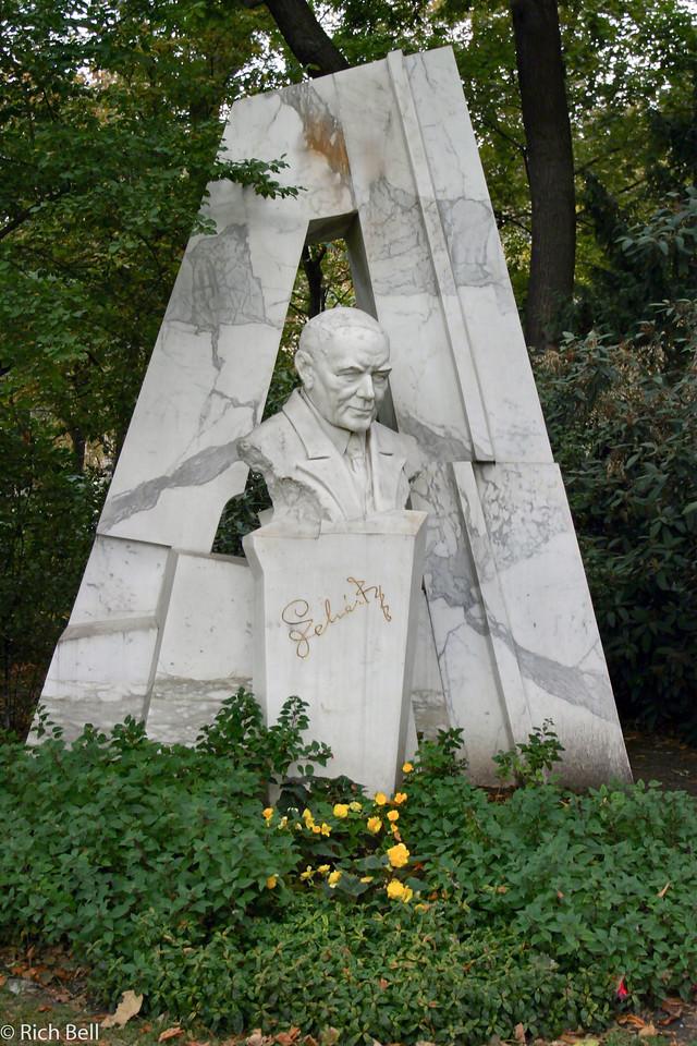 20040927Statute in Stadt Park Vienna Austria 20437