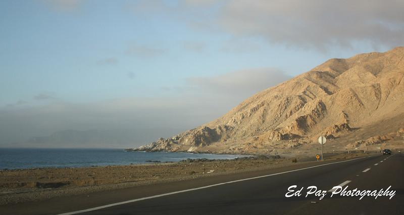 Road to Chañaral, the road is pretty close to the pacific Ocean.    Camino a Chañaral, el camino esta cerca del Oceano Pacifico