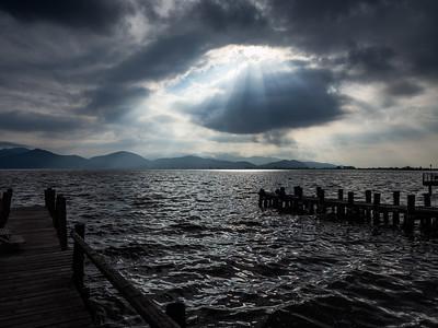 Giochi di luce tra sole, nuvole e le acque del lago