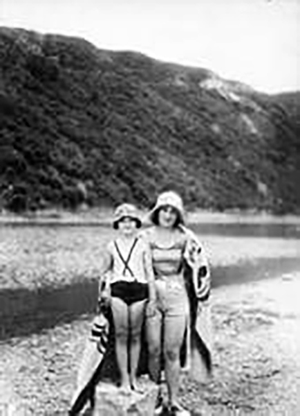Ева Шуманська (1921-2011) з мамою Яніною. Заліщики 1929, на березі Дністра.