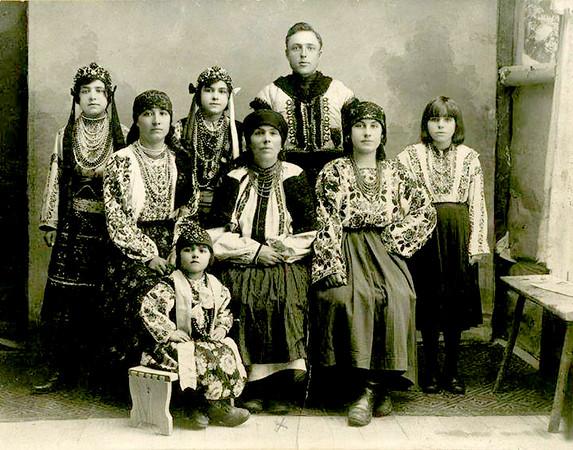 Анастазія Красій (у центрі) з дочками, зятем і невісткою. с. Старі Залищики, 1927