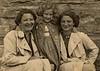 Галина Лібман стоїть з мамою Ольгою Літман (Шрейбер) і тіткою. Заліщики.