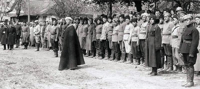 """Симон Петлюра, Юхим Божко оглядають військо """"Запорозька Січ"""".  Заліщики, кінець квітня 1919"""
