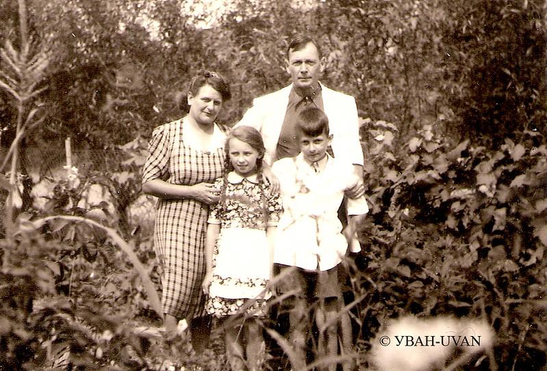 Євген Маланюк  разом з сином та дружиною часто відвідував  родину заліщан, однофамільців, Маланюків. Можливо це донька  заліщицької родини Маланюків.<br /> <br /> Світлина зберігається в Музеї-архіві ім. Д. Антоновича Української Вільної Академії Наук у США (УВАН*UVAN). Фонд 88.-- Од.зб. 1720.<br /> <br /> Без дозволу від УВАН використовувати світлину не дозволяєтся. Усі права застережено.