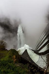 2014-11-11-Verzasca-Dam-Overflow-1