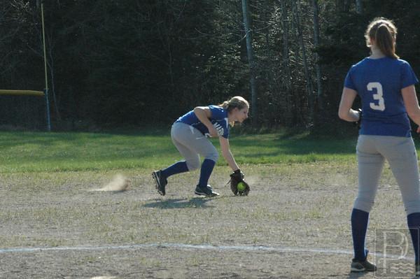 Sports-DIS-softball-AshleySnagsagroundBall-050715-JS.jpg