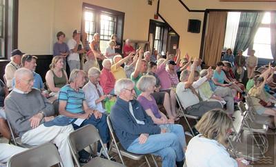 IA-Isle-au-Haut-meeting-voters-071615-FD