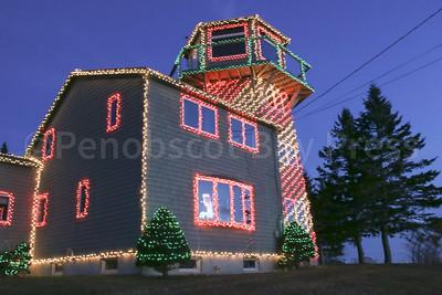IA-Lighthouse-Xmas-lights-lit-up-122216-ML