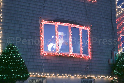 IA-Lighthouse-Xmas-lights-Santa-looking-out-122216-ML