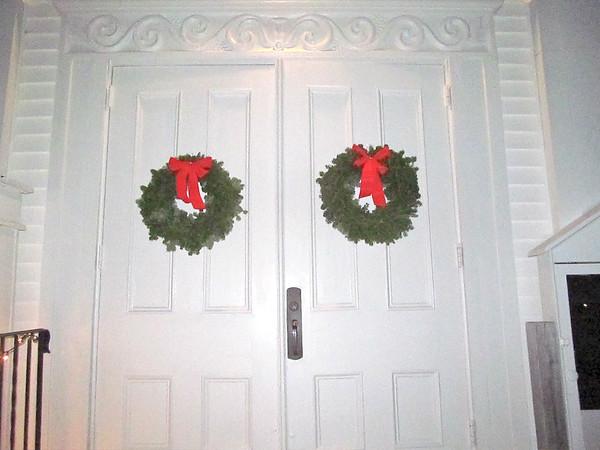 wp_bklin_tree_light_wreaths_120618_js