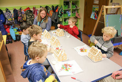 WP_BES_gingerbread_houses_group_112918_ML