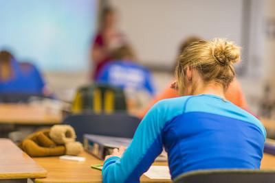 Students take a quiz in Amy Cooper's intermediate accounting class.  Filename: AAR-14-4112-16.jpg