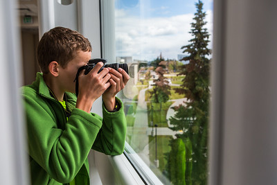 A Visual Arts Academy student photographs campus.  Filename: AAR-16-4917-120.jpg