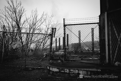 steel_weirton_wv_bw_flumes_barbed_wire_fence_4387