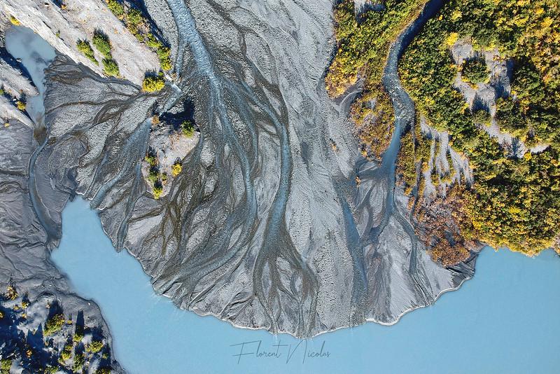 Bientôt 2021 et la situation est toujours la même : les cris d´alerte sont émis mais sont rapidement oubliés voire négligés par les décideurs au plus haut niveau. Nous avons clairement perdu, et depuis trop longtemps maintenant, une certaine forme de respect pour la planète et ce qui nous entoure. Espérons que 2021 nous apporte de bonnes choses sur cet important sujet.<br /> <br /> --<br /> <br /> Estuary, Alaska.<br /> <br /> 2021 is around the corner and the situation is still the same: warning calls are sent but they are quickly forgotten or not even heard by high-level decision makers. We have lost - and for far too long – this kind of respect for the planet and what is around us. Hopefully 2021 will bring some good things on this important topic.