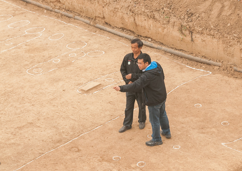 Archaeologists discuss excavation findings (Tazhuang, Yanshi, Henan, CN - 10/29/13, 10:16:06 AM)