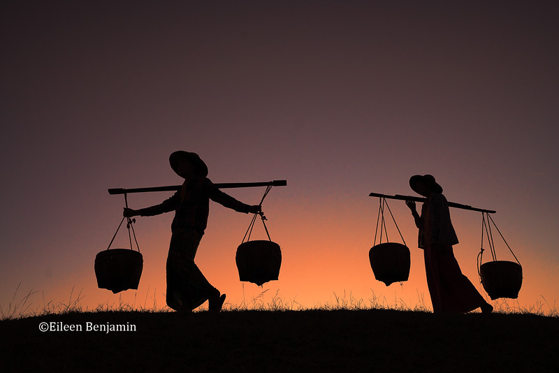 Women with baskets at sunset - Bagan - Batan