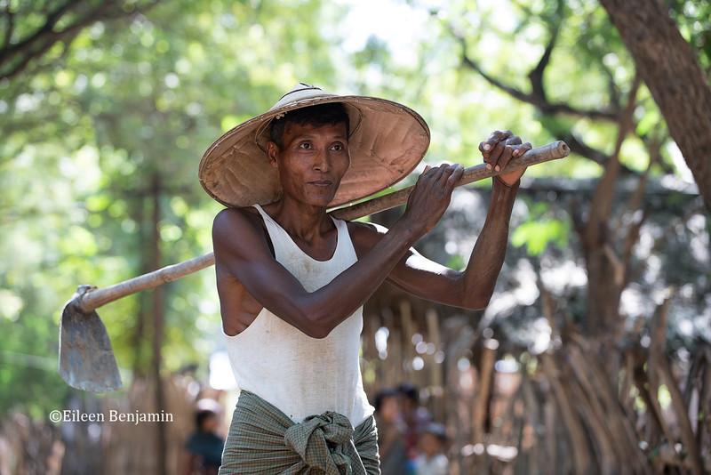 Man with trowell in Ohn Ne village - Mandalay