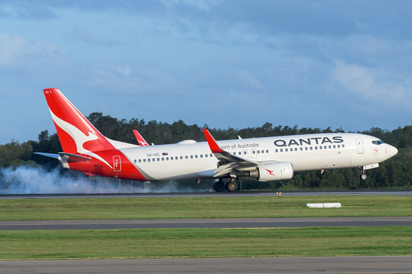 MMPI_20200229_MMPI0063_0041 - Qantas Boeing 737-838 VH-VZL as flight QF540 touches down at Brisbane Airport (YBBN) ex Sydney (YSSY).