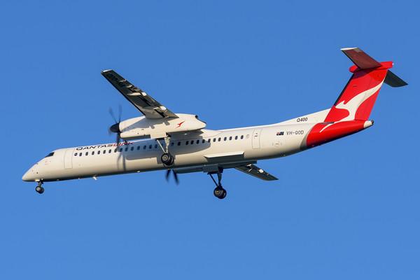 "MMPI_20200322_MMPI0063_0054 - QantasLink Bombardier Q400 VH-QOD ""Emerald"" as flight QF2549 on approach to Brisbane Airport (YBBN) ex Roma (YROM)."