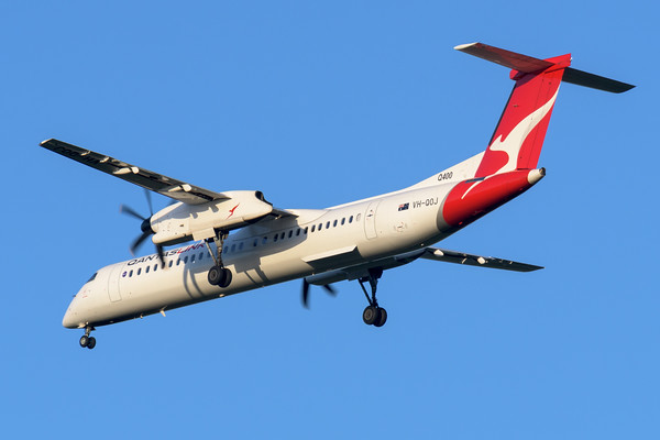 "MMPI_20200322_MMPI0063_0057 - QantasLink Bombardier Q400 VH-QOJ ""Riverina"" as flight QLK723D on approach to Brisbane Airport (YBBN) ex Chinchilla (YCCA)."