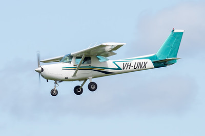 _7R49603 -  Cessna 152 VH-UNX on approach to Archerfield (YBAF).