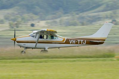 MMPI_20210418_MMPI0083_0020 -  Cessna 182P Skylane VH-TTJ landing at Watts for Breakfast fly-in April 2021.
