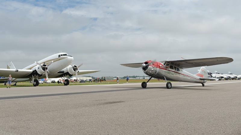 Cessna 195 taxing along Dc-3