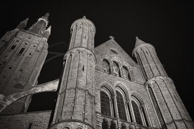 "l'eglise ""Onze-Lieve-Vrouwekerk"" à la nuit"