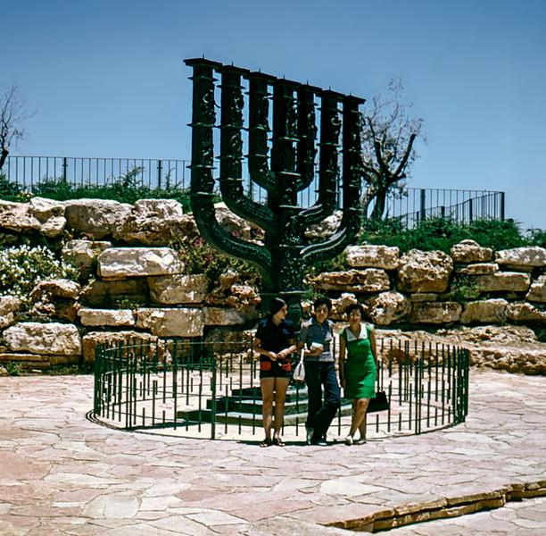 Clairette, Alegria & Lisita - Knesset Menorah