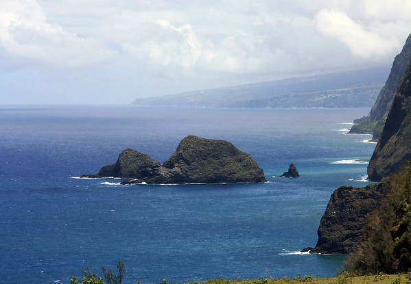 Southeast view to the Paoakalani Islet (the largest and tallest, rising to > 200 ft./61 m), the Mokupoku Islet (directly beyond), and the small conical Pa'alalea Islet - along the volcanic sea cliffs of the Kohala Coast, which extends about 12 mi. (19 km) from here at Pololu, to the distal northern flank of the Mauna Kea Volcano, at the Hamakua Coast