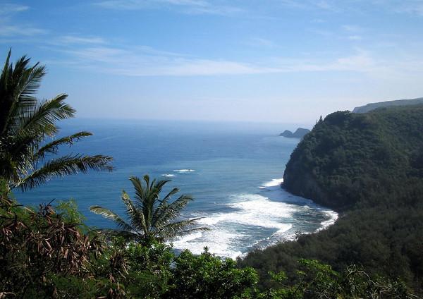 Across the southeastern end of the Pololu Beach - to the twin islands or islets of Paoakalani (larger and closest) and Mokupuku - along the Kohala Coast