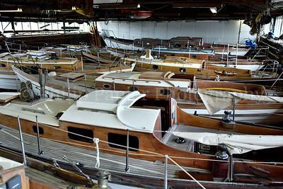 Foto's van overnaadse zeiljachten in de winterstalling van Kroes Bootbouwers