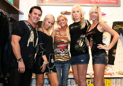 12 Dec 2007 Surfers Paradise, Qld, Australia - Tara Reid with Ed Hardy owner Gary Berman and his staff at the opening of one of his stores on the Gold Coast - PHOTO: CAMERON LAIRD (Ph: 0418 238811)