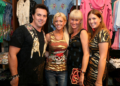 12 Dec 2007 Surfers Paradise, Qld, Australia - Tara Reid with Ed Hardy owner Gary Berman and his family at the opening of one of his stores on the Gold Coast - PHOTO: CAMERON LAIRD (Ph: 0418 238811)