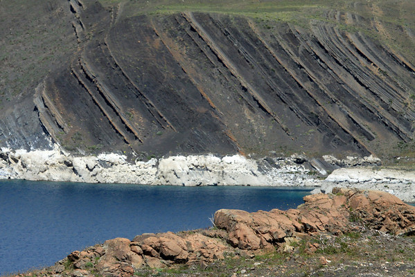 From the iron oxide rick sedimentary rock - to Lago Sarmiento, an endorheic lake (no drainage), with its shoreline lined with calcium deposits and thrombolite formations - with the folded  sedimentary rock above.
