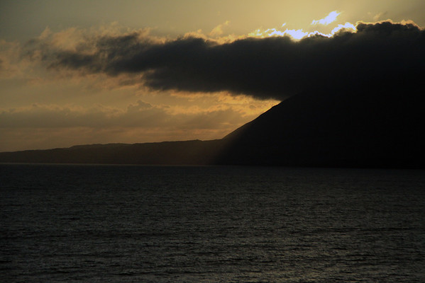 Beyond the Bahia Moreno, to the cumulus cloud extending beyond the southern slope of Morro Moreno - at near sunset.