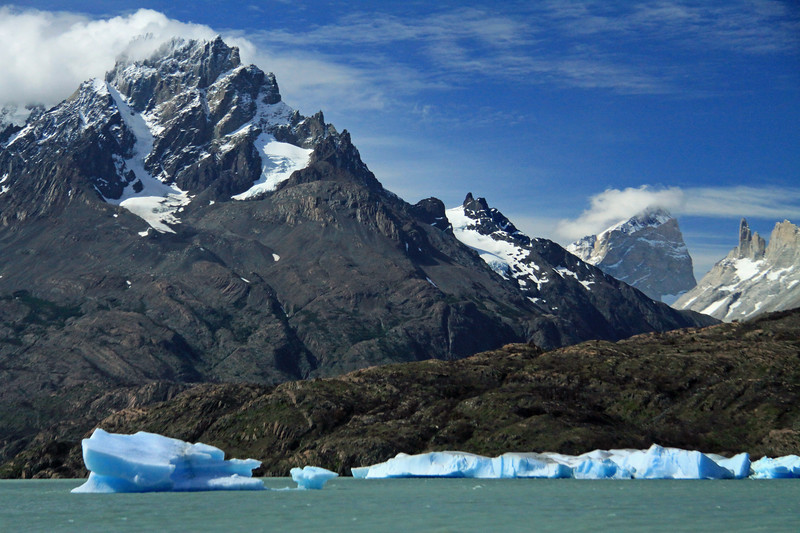 Lago Grey - glacial drift ice - Cerro Grande Paine (Bariloche Point), in the clouds (l) - Hoya (blade) and Espada (sword), distal (r) - with Cerro Fortaleza (distal, c).