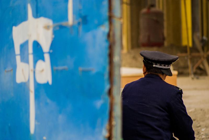 Guard at the construction site of the new Waldorf Astoria on Jinyu Hutong and Wangfujing (Dongcheng, Beijing, CN - 10/21/13, 8:00:15 PM)