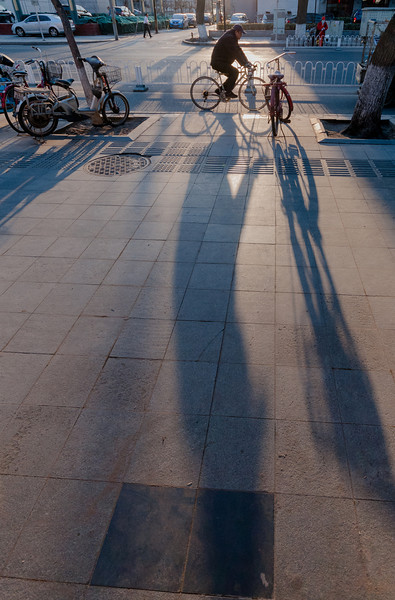 Shadows are long as the sun sets on the west side of Wangfujing (Dongcheng, Beijing, CN - 03/24/13, 5:33:55 PM)