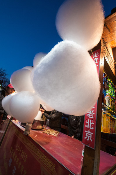A vendor spins cotton candy on a crisp  twilight at Houhai (Xicheng, Beijing, CN - 03/24/13, 6:45:38 PM)