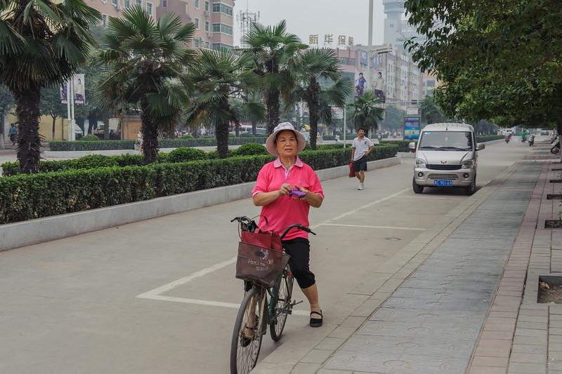 Posing for the LaoWai (Yanshi, Luoyang, Henan, CN - 07/12/11, 1:27:10 PM)