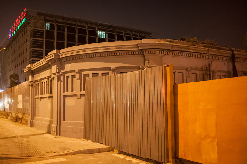 This last vestige of a Beijing hutong now serves as the gateway to a new constrution site. (Dongcheng, Beijing, CN - 10/22/13, 10:45:27 PM)