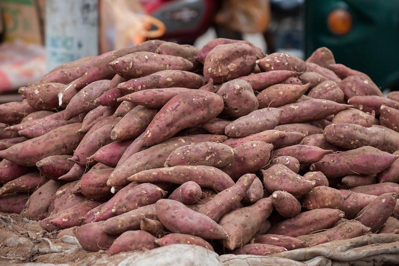 A heaping pile of yams on the back of a cart at an Anyang street market. (Beiguan Qu, Anyang Shi, Henan Sheng, CN - 10/25/16, 3:52:17 PM)