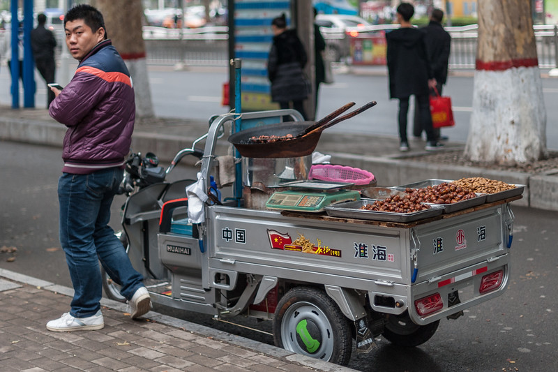 A vendor of roasted nuts in central Anyang. (Beiguan Qu, Anyang Shi, Henan Sheng, CN - 10/23/16, 4:46:37 PM)